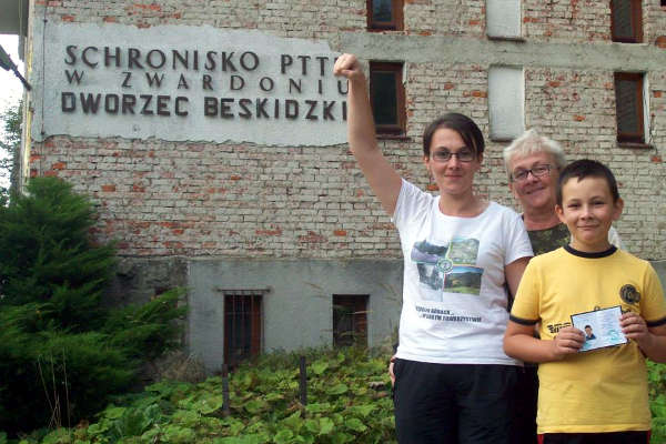 Paweł z siostrą i mamą chwilkę po otrzymaniu legitymacji członkowskiej PTT