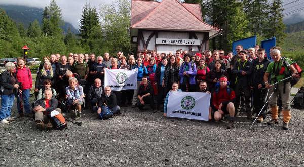 uczestnicy wycieczki przed wyjściem na szlak