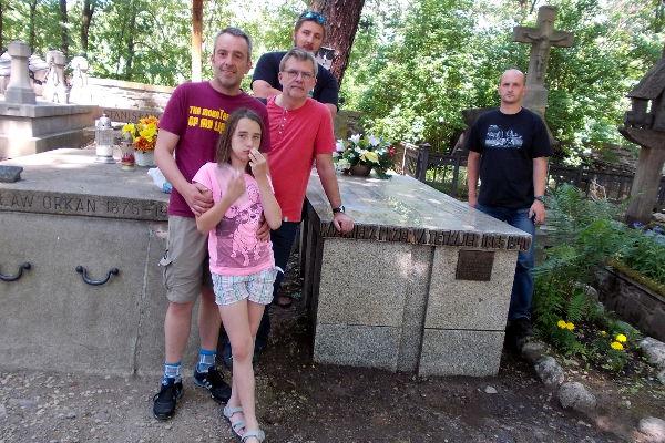 Czworo przedstawicieli naszego Oddziału z Tomkiem Kwiatkowskim (PTT O/Radom) przy grobie Kazimierza Przerwy-Tetmajera