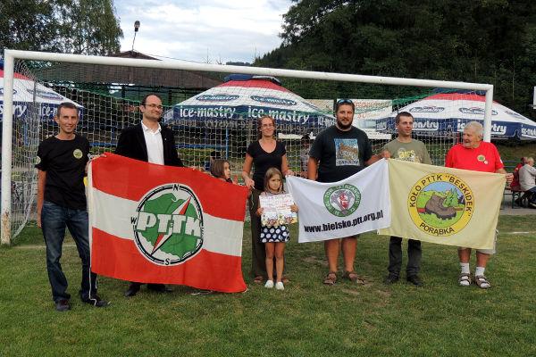 pamiątkowe zdjęcie z przedstawicielami Oddziału PTTK w Żywcu i Koła PTTK z Porąbki