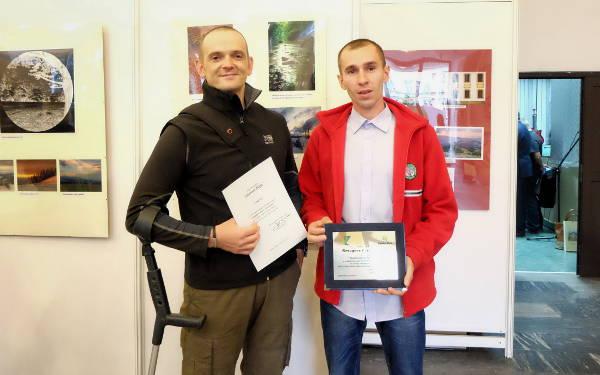 Sebastian Nikiel i Grzegorz Gierlasiński przed jedną z wyróżnionych prac Sebastiana