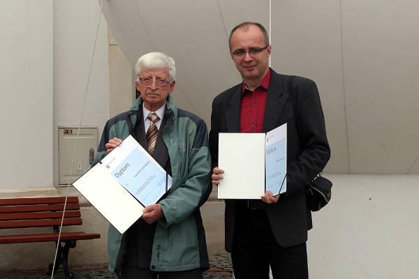 Piotr Gawłowski i Miłosz Zelek z otrzymanymi dyplomami