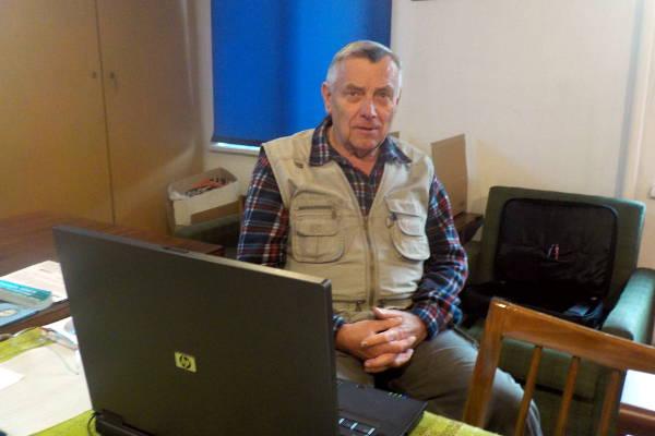 Wacław Morawski przed rozpoczęciem pokazu filmów jego autorstwa