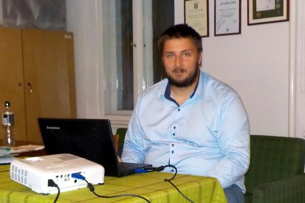 Szymon Baron w trakcie prelekcji
